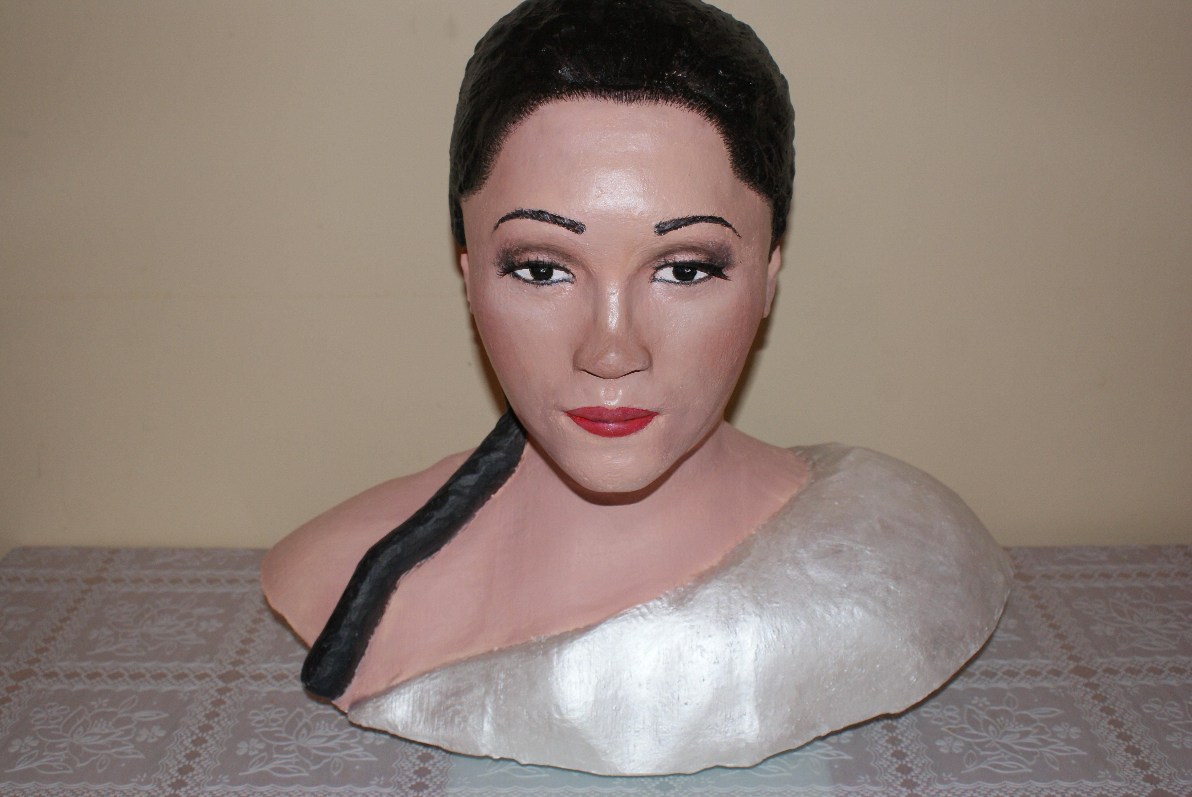 Busto impreso en 3D a tamaño natural y pintado de forma realista.
